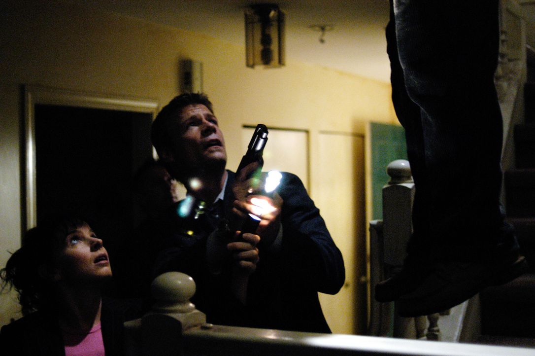Tom (Joel Gretsch, r.) und Diana (Jacqueline McKenzie, l.) müssen einen Selbstmordfall untersuchen der den Serienmorden eines Killers ähnelt, von de... - Bildquelle: Viacom Productions Inc.