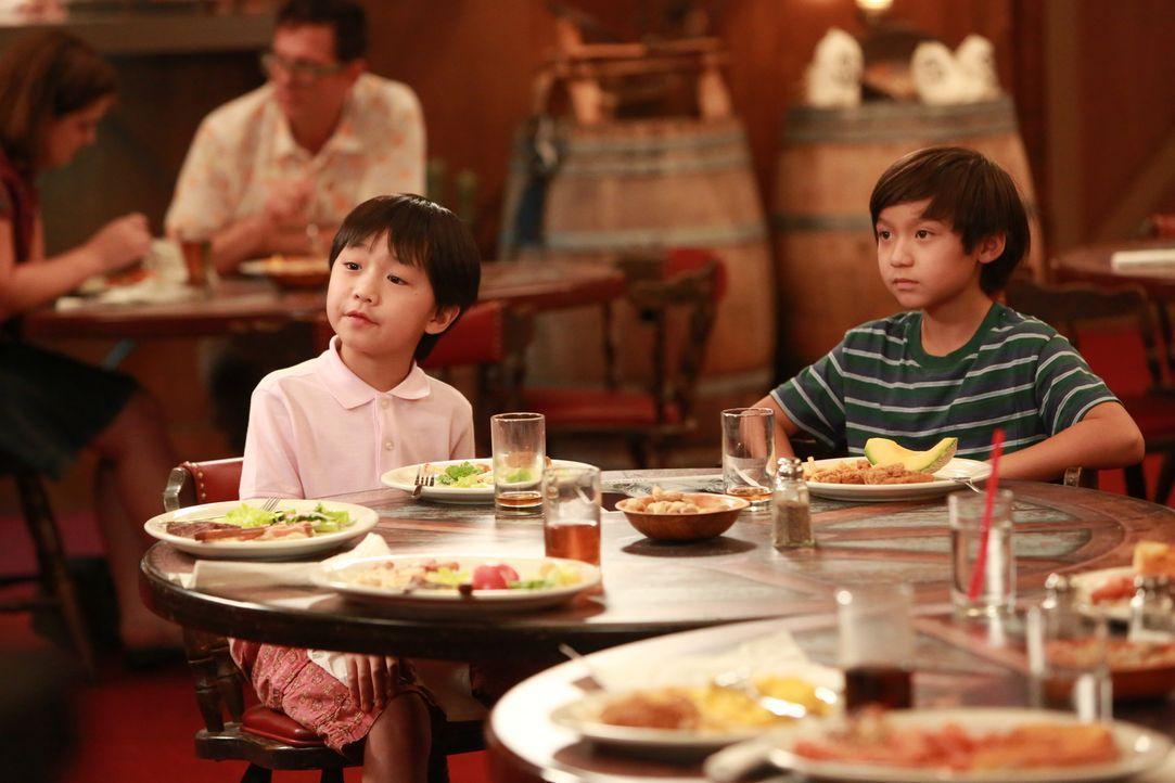Ahnen noch nicht, dass sich ihre Mutter bald an der Schul-Theateraufführung beteiligen wird: Emery (Forrest Wheeler, r.) und Evan (Ian Chen, l.) ... - Bildquelle: 2015 American Broadcasting Companies. All rights reserved.
