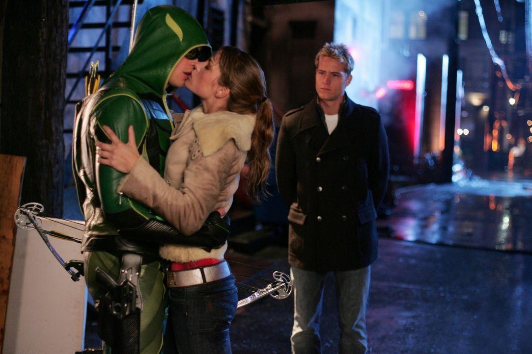 Dem echten Green Arrow (Justin Hartley, r.) gefällt es gar nicht, dass Clark (Tom Welling, l.) als er verkleidet, seine Freundin Lois (Erica Durance... - Bildquelle: Warner Bros.