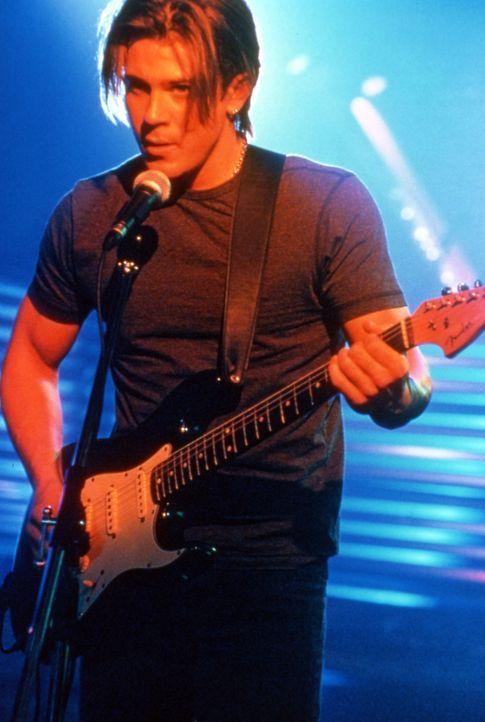 Eines Tages verliebt sich der arme Gitarrist Billy (Christian Kane) in eine schwarze Schönheit aus reichem Haus ... - Bildquelle: TM &   2003 Paramount Pictures Corporation