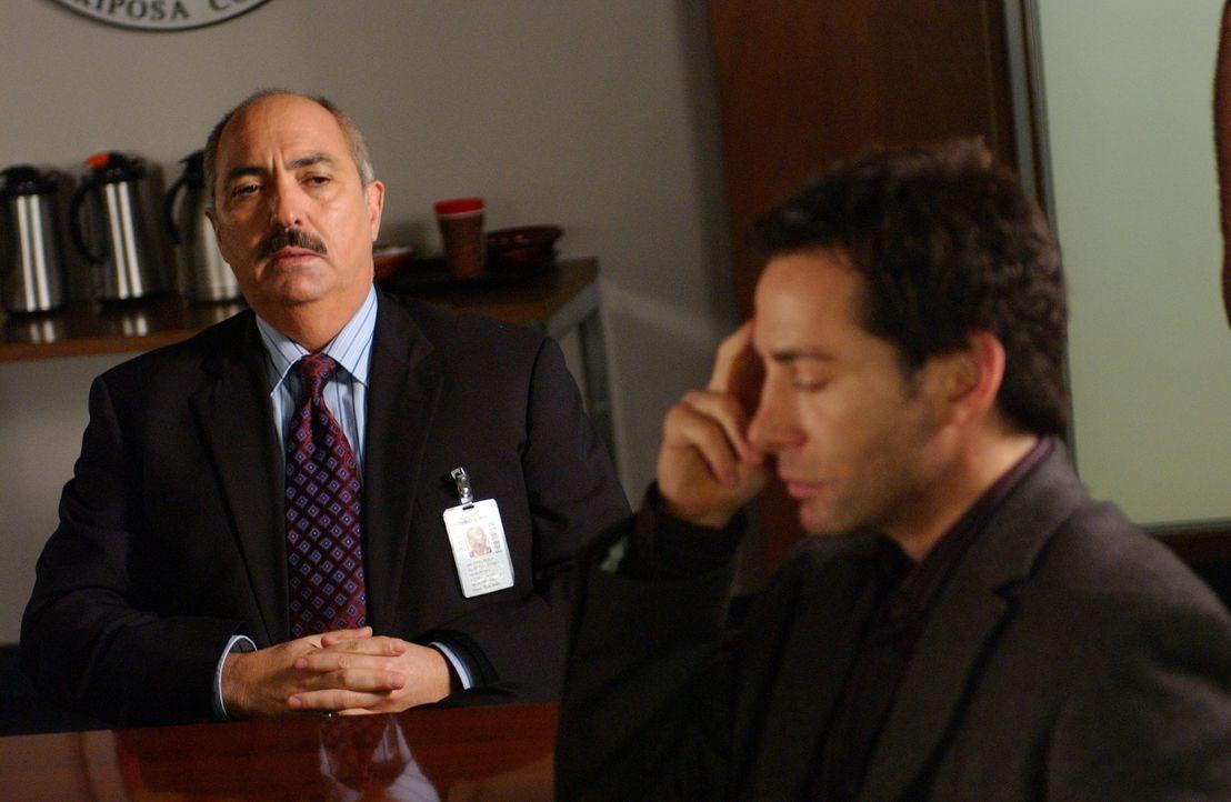 Bezirksstaatsanwalt Manuel Devalos (Miguel Sandoval, l.) befragt James Massey (Lawrence Monson, r.), der ein Mädchen namens Melanie überfahren hat –... - Bildquelle: Paramount Network Television