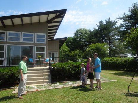 Am Lake Norman, North Carolina, suchen Michelle (2.v.r.) und Dan (r.) mit ihr...
