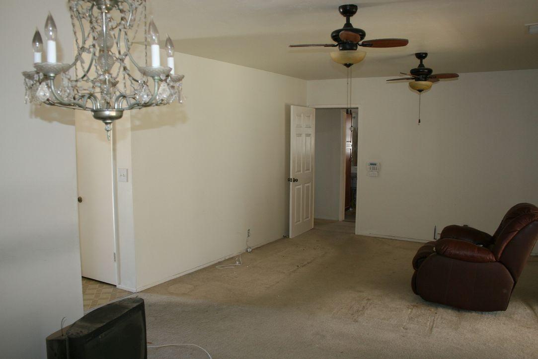 Alte Teppichböden, Türen und Fenster: So können Tarek und Christina das Haus auf keinen Fall weiterverkaufen. Doch wieviel müssen sie investieren, u... - Bildquelle: 2015,HGTV/Scripps Networks, LLC. All Rights Reserved