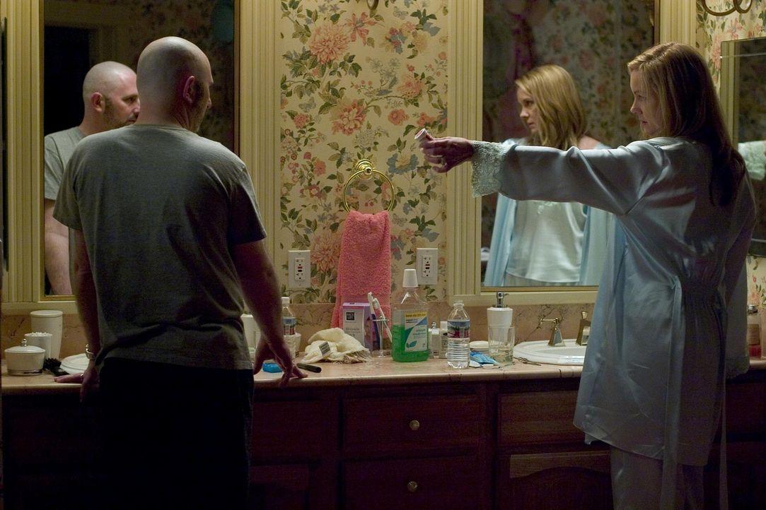 Celia (Elizabeth Perkins, r.) rasierte Dean (Andy Milder, l.) aus Rache für dessen Betrug an ihr den Kopf kahl ... - Bildquelle: Lions Gate Televison