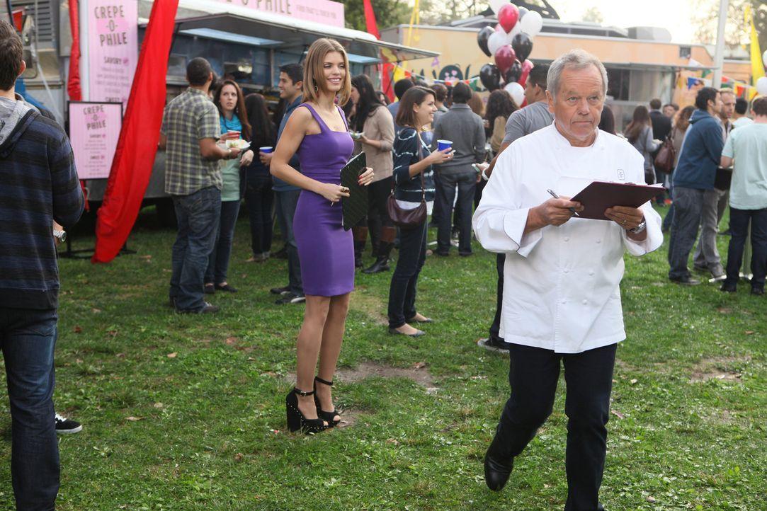 """Naomi (AnnaLynne McCord, l.) hat einen der besten Essenskritiker zu ihrem """"Food - Contest"""" eingeladen. All der Aufwand nur um ihren neu gefundenen H..."""