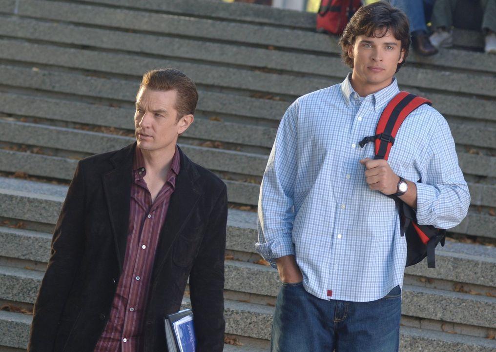 Wenn es stimmt, dass Jor-El Clarks (Tom Welling, r.) Mutter töten will, muss Clark Professor Fine (James Masters, l.) helfen ... - Bildquelle: Warner Bros.