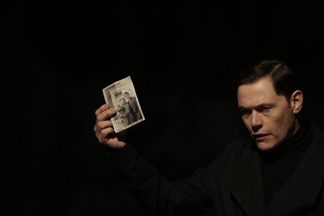 Sollte Henry nicht gehorchen, erzählt Adam (Gorman Burn) Jo die Wahrheit über den Gerichtsmediziner ... - Bildquelle: Warner Bros. Television