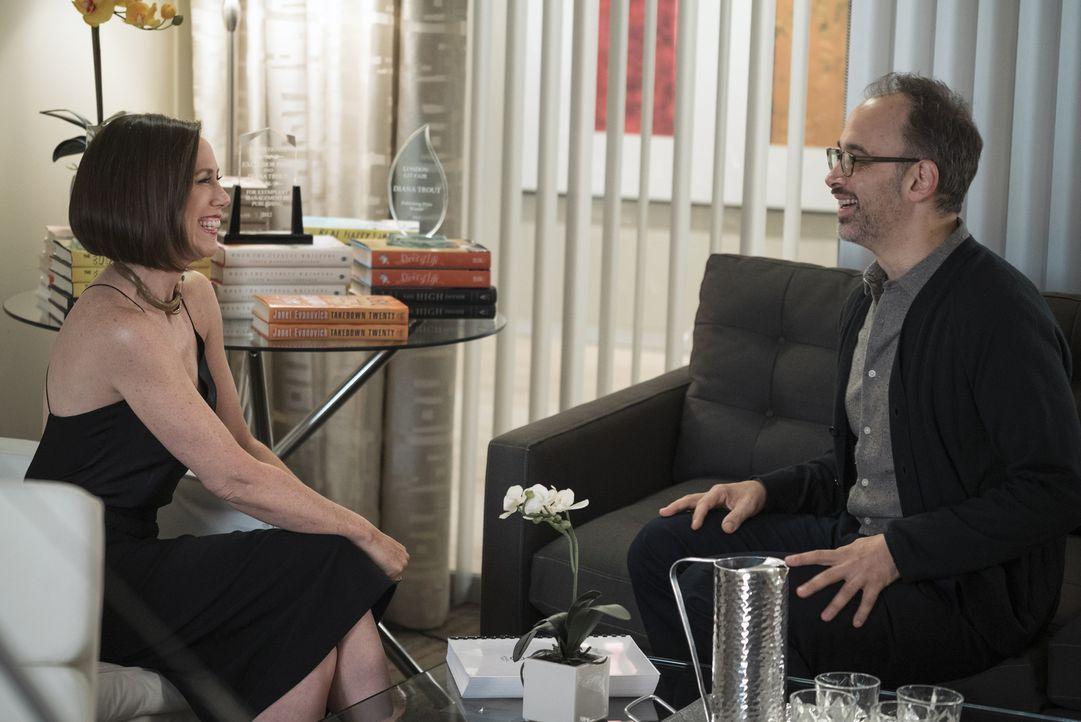 Läuft das Meeting zwischen Diana (Miriam Shor, l.) und Hugh (David Wain, r.) wirklich so, wie sie es sich erhofft? - Bildquelle: Hudson Street Productions Inc 2016