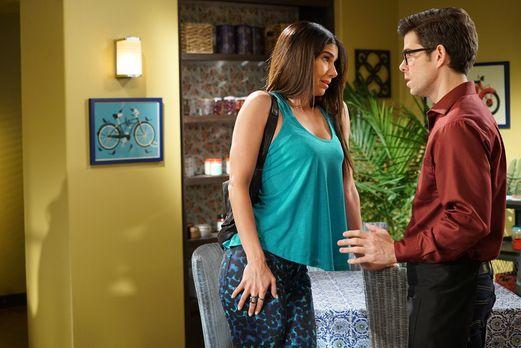 Carmen (Roselyn Sanchez, l.) heult ihrem Lieblingsbarista Doug (Travis Quenti...