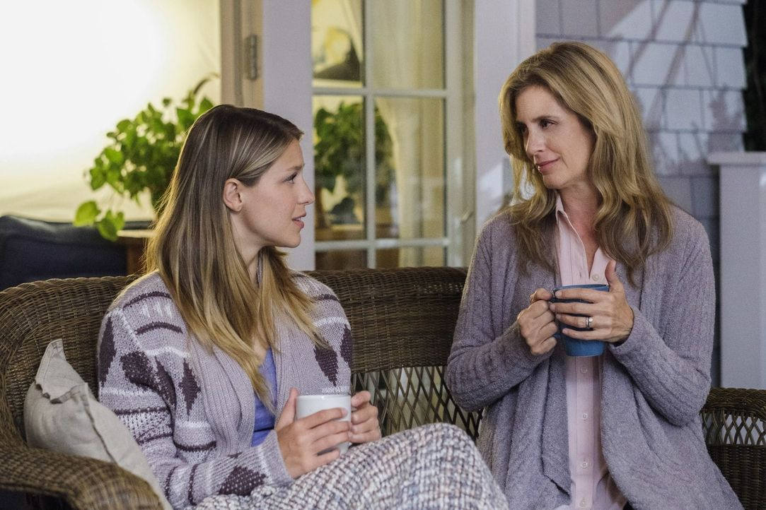 Der Besuch in der Heimat weckt bei Kara (Melissa Benoist, l.) unschöne Erinnerungen, kann ihre Ziehmutter Eliza (Helen Slater, r.) ihr auch diese Ma... - Bildquelle: 2017 Warner Bros.
