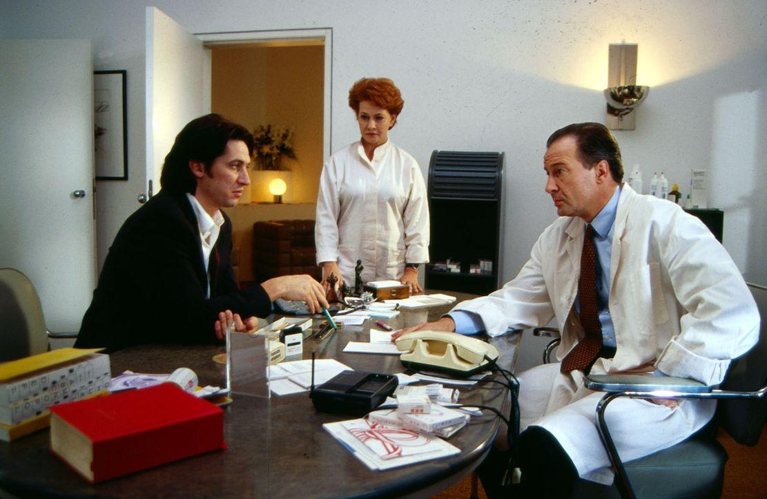 Kommissar Moser (Tobias Moretti, l.) befragt Dr. Fuchs (Karlheinz Hackl, r.) und dessen Frau Gerda (Gertraud Jesserer, M.) nach ihrem Alibi ... - Bildquelle: Ali Schafler Sat.1