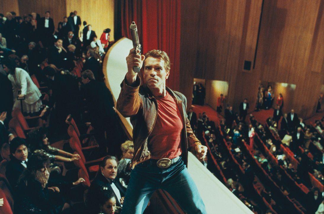 In der realen Welt muss Slater (Arnold Schwarzenegger) feststellen, dass er nicht mehr unverwundbar ist. - Bildquelle: Columbia Pictures