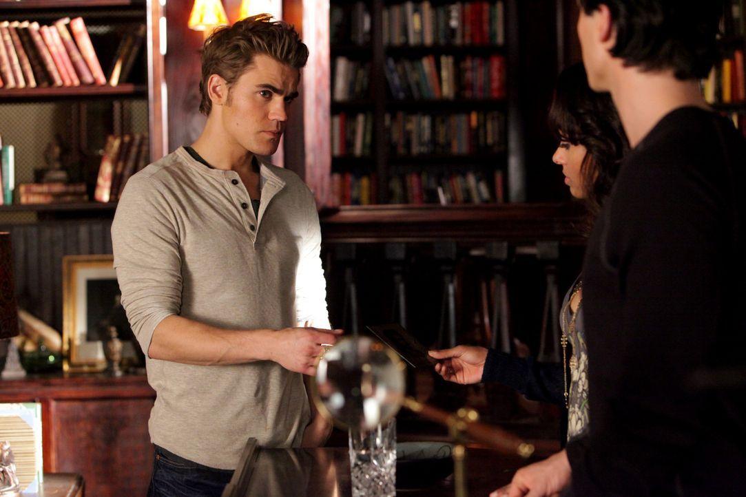 Stefan (Paul Wesley, l.) ist bereit, Bonnie (Katerina Graham, M.) seine jahrelang einzige Erinnerung an seine Ex Katherine zu geben, damit diese es... - Bildquelle: Warner Brothers