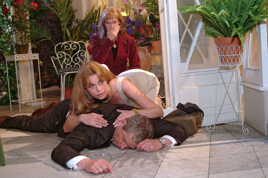 Schockiert muss Lisa (Alexandra Neldel, hinten) mit ansehen, wie Laura (Olivia Pascal, M.) um ihren Mann Friedrich (Wilhelm Manske, vorne), der zusa... - Bildquelle: Sat.1