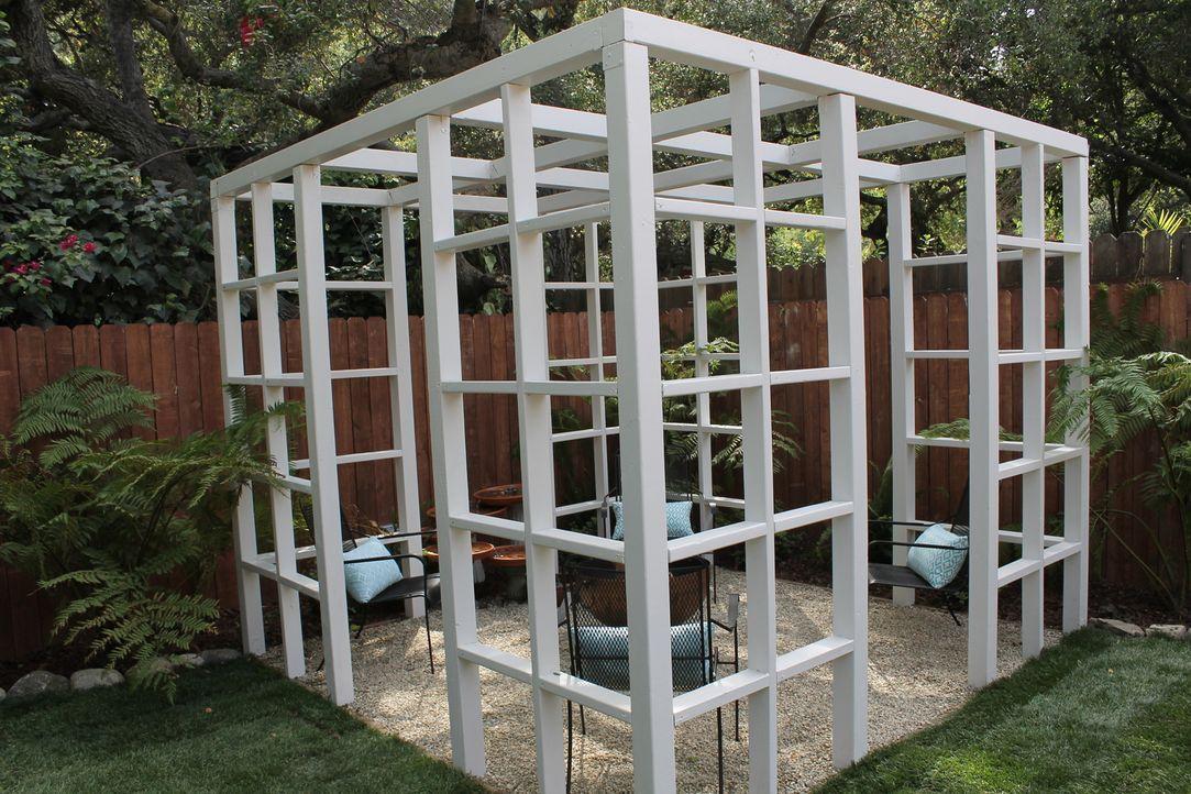 Aus einem tristen Garten wird ein Traum mit Pergola, Essecke, Fontänen und einem eigenen Spielplatz für ihren Sohn ... - Bildquelle: 2014, DIY Network/Scripps Networks, LLC. All Rights Reserved.