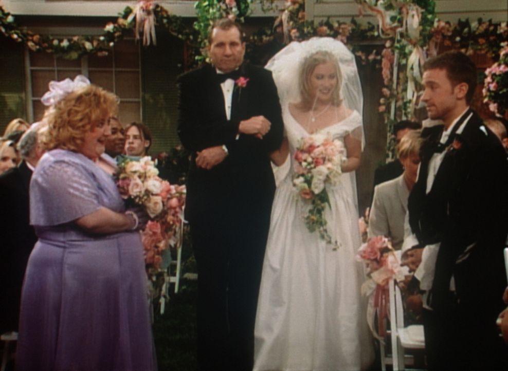 Sind Kelly (Christine Applegate, 2.v.r.) und Bud (David Faustino, r.) unter der Haube? Al (Ed O'Neil) schüttelt sich vor Entsetzen. - Bildquelle: Sony Pictures Television International. All Rights Reserved.