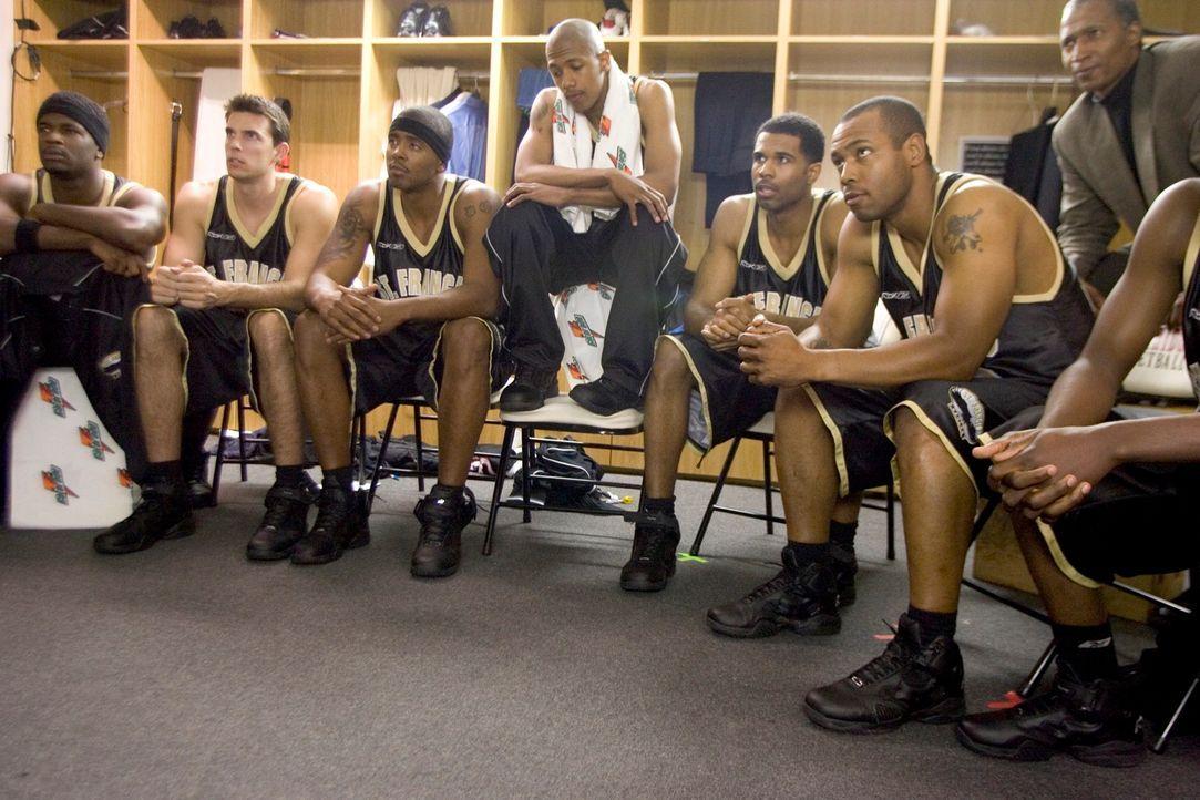 Der Basketball-Spieler Godfrey Snow (Nick Cannon, M.) bekommt von seinem Bruder Clyde ein College-Studium finanziert. Noch ahnt er nicht, dass diese...
