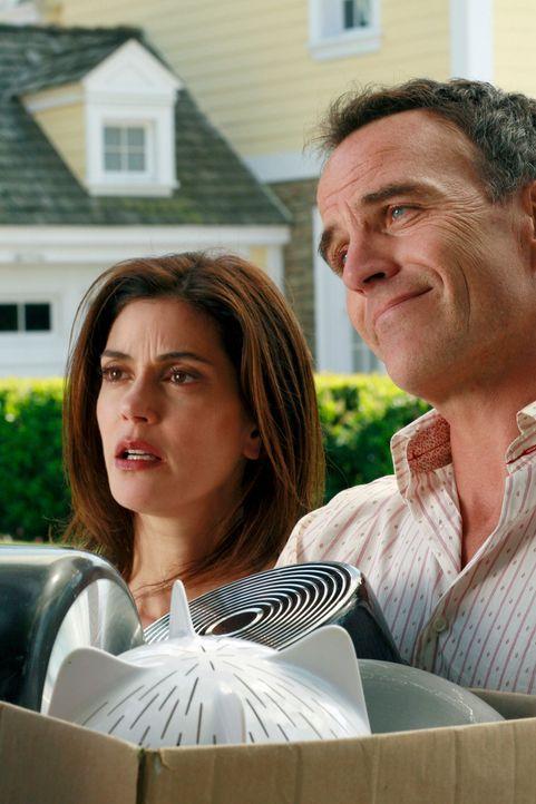 Mike ist wütend, dass Susan (Teri Hatcher, l.) von Karl (Richard Burgi, r.) ein Haus als Geschenk angenommen hat ... - Bildquelle: 2005 Touchstone Television  All Rights Reserved