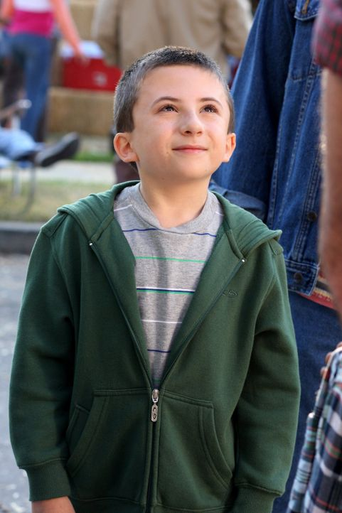 Laut seinem Lehrer hat Brick (Atticus Shaffer) Probleme, Kontakte mit Mitschülern aufzubauen, deswegen soll er einem Basketballteam beitreten ... - Bildquelle: Warner Brothers