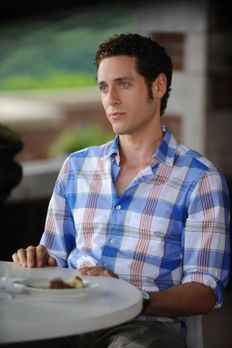 Royal Pains - Evan (Paulo Costanzo) ist stinksauer: Emily wirbt HankMed immer...