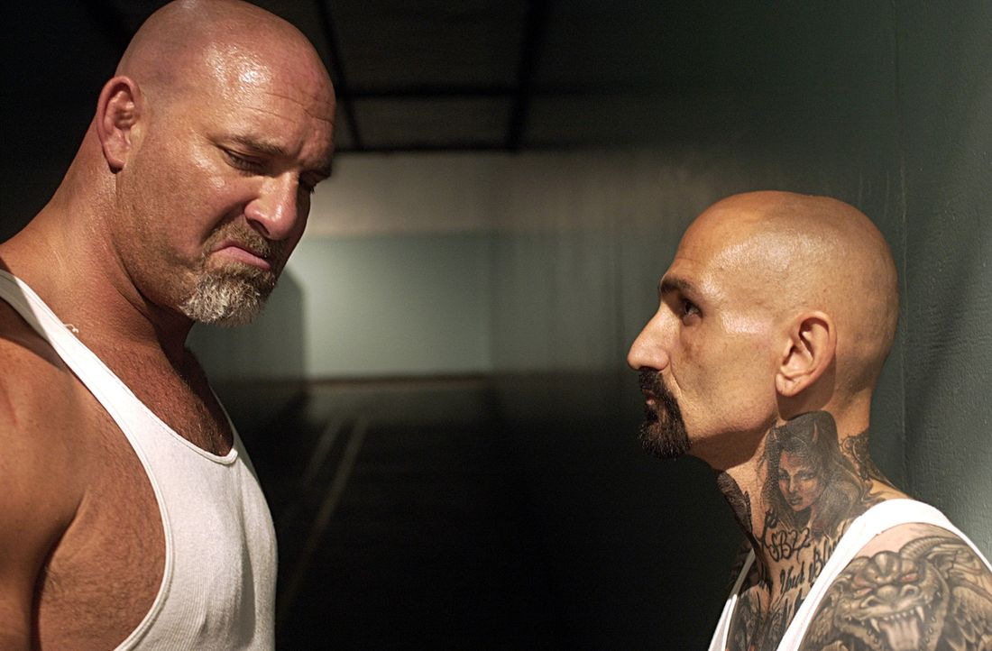Als während eines Aufstandes im Gefängnis Burks (Bill Goldberg, l.) Tochter als Geisel genommen wird, versucht er durch seinen Mithäftling Rivera... - Bildquelle: 2007 Sony Pictures Home Entertainment Inc. All Rights Reserved.