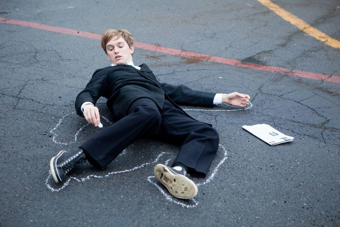 Seit dem Unfalltod seiner Eltern wird Enoch (Henry Hopper) von Todessehnsüchten geplagt. Seine Tage verbringt er auf Beerdigungen, wo er eines Tages... - Bildquelle: Scott Green 2011 Columbia Pictures Industries, Inc. All Rights Reserved.