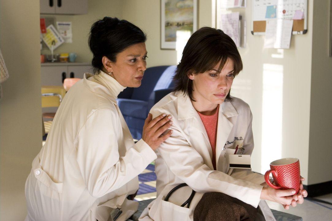 Anna Klyczynski (Shohreh Aghdashloo, l.) versucht ihre Kollegin Dr. Kate Forster (Sandra Bullock, r.) zu unterstützen, wo sie nur kann! - Bildquelle: Warner Brothers International Television Distribution Inc.
