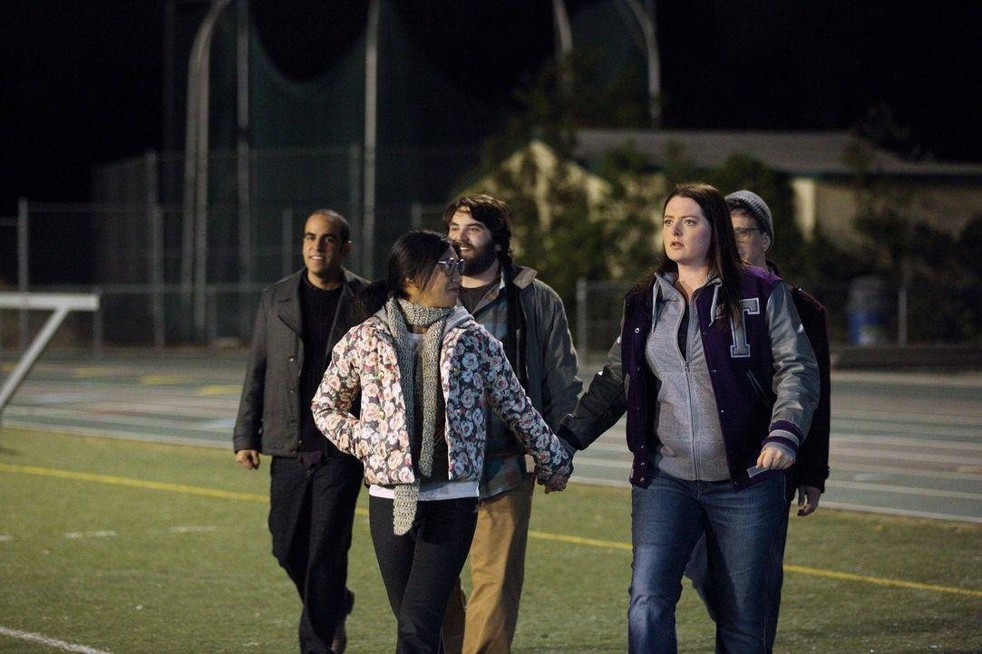 Haben eine Überraschung für die enttäuschte Marika (Lauren Ash, vorne r.): Benji (Paul Rust, hinten r.), Ruby (Dan Adhoot, hinten l.), Dan (John Gem... - Bildquelle: Warner Brothers