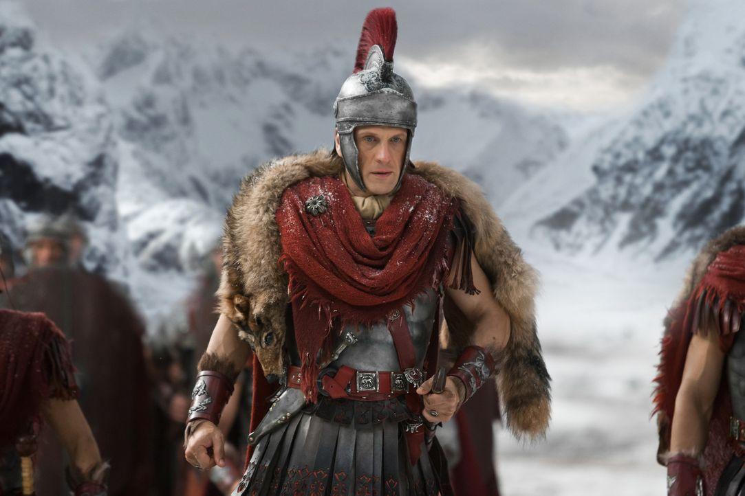 Crassus (Simon Merrells) kann es nicht glauben: Spartacus und seine Männer haben die hohe Mauer, die er errichten ließ, überwinden können ... - Bildquelle: 2012 Starz Entertainment, LLC. All rights reserved.