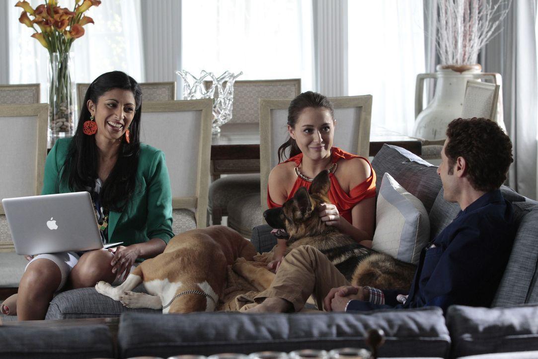(v.l.n.r.) Divya Katdare (Reshma Shetty); Hollister (Alexa Vega); Evan Lawson (Paulo Costanzo) - Bildquelle: Giovanni Rufino 2012 USA Network Media, LLC/Giovanni Rufino