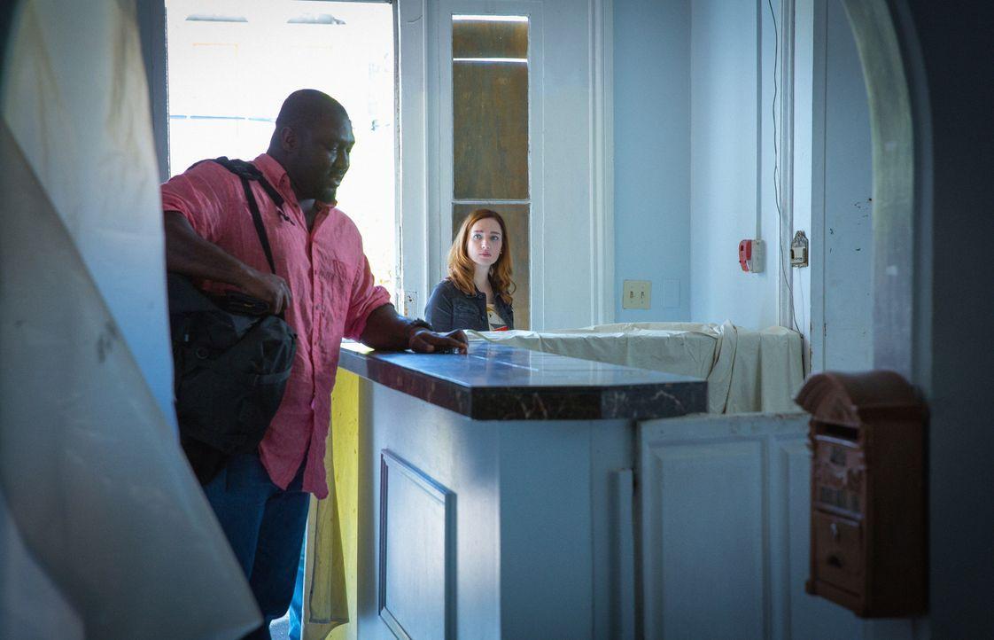 Die Entdeckungen, die das Team um Abraham (Nonso Anozie, l.) und Jamie (Kristen Connolly, r.) in dem stillgelegten Hotel macht, sind schlimmer als b... - Bildquelle: Steve Dietl 2015 CBS Broadcasting Inc. All Rights Reserved.