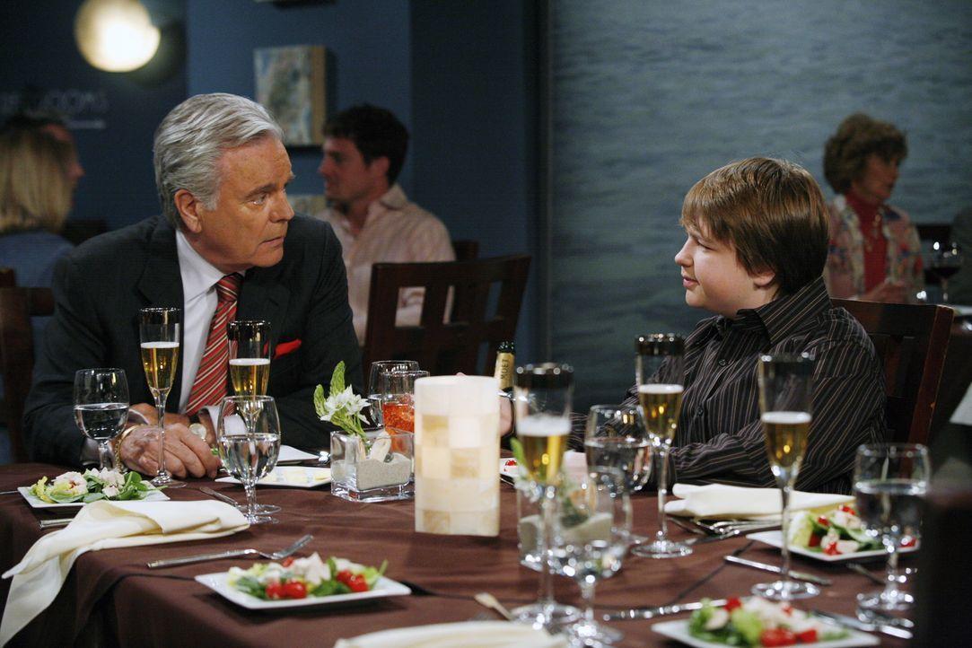 Männergespräche: Teddy (Robert Wagner, l.) und Jake (August T. Jones, r.) ... - Bildquelle: Warner Brothers Entertainment Inc.