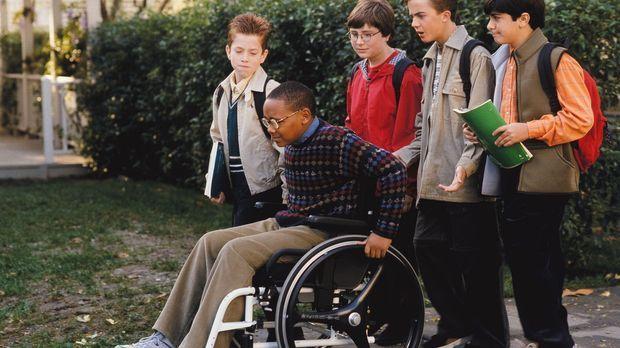 Malcolm (Frankie Muniz, 2.v.r.) erklärt Stevie (Craig Lamar Traylor, vorne),...