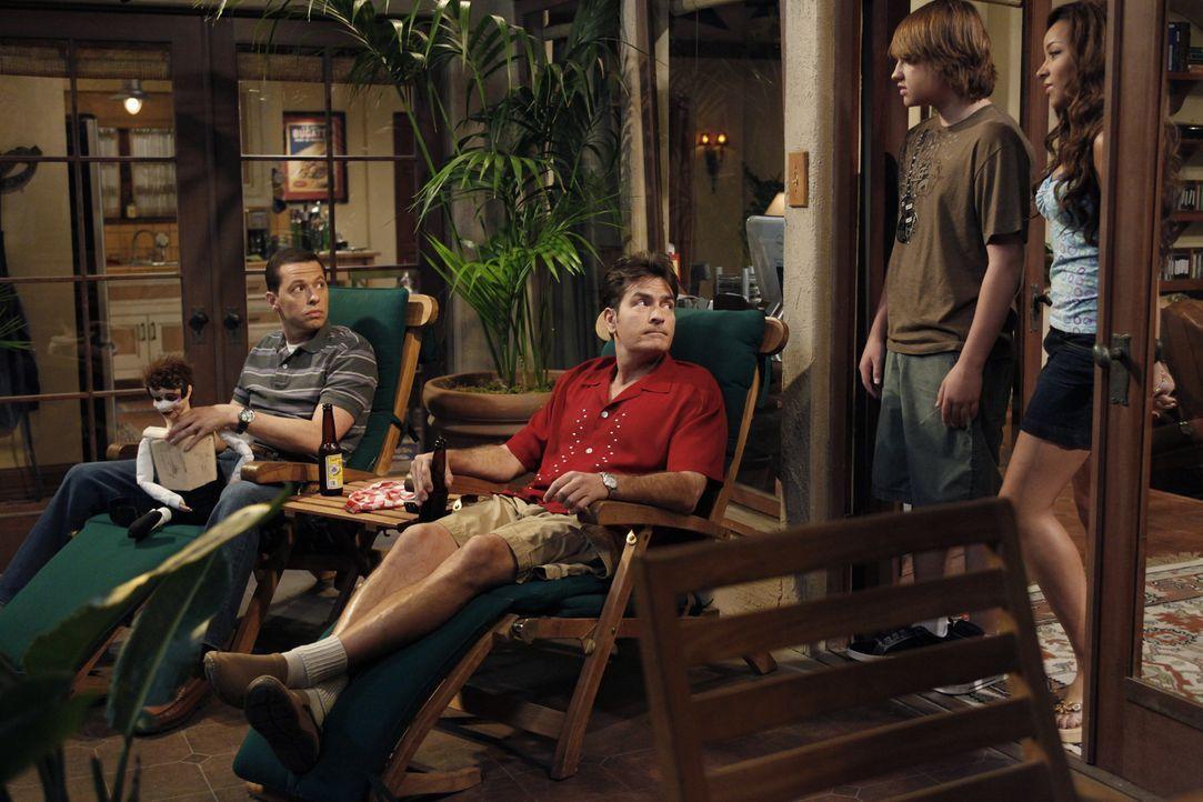 Alan (Jon Cryer, l.) und Charlie (Charlie Sheen, 2.v.l.) sind überrascht, als Jake (Angus T. Jones, 2.v.r.) mit Celeste (Tinashe Kachingwe, r.) auft... - Bildquelle: Warner Bros. Television