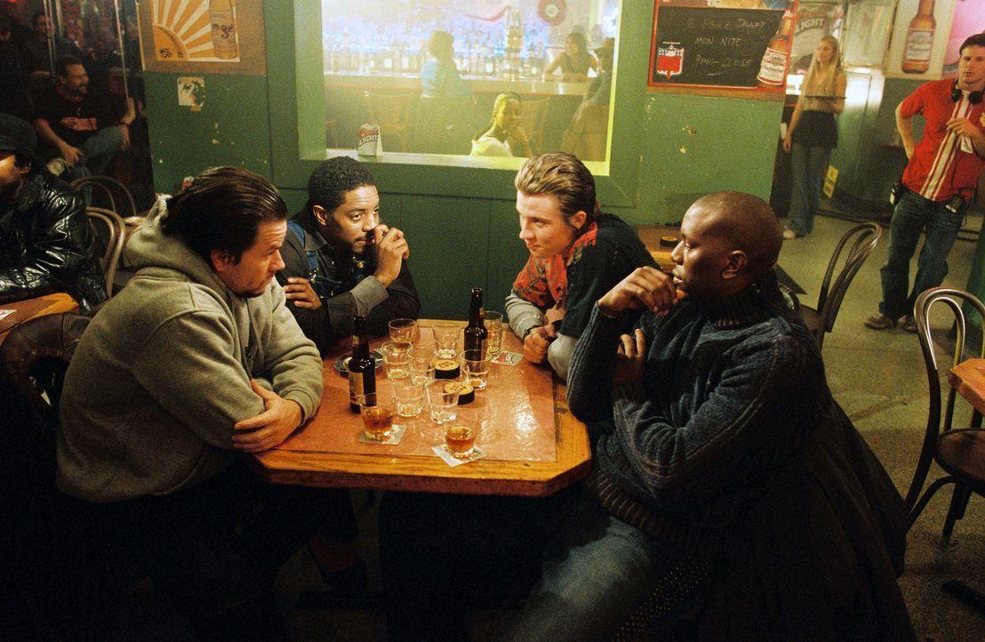 Fassungslos stehen sich die Adoptivbrüder (v.l.n.r.: Mark Wahlberg, Andre Benjamin, Garrett Hedlund, Tyrese Gibson) erstmals nach Jahren der Trennu... - Bildquelle: TM &   2006 Paramount Pictures. All Rights Reserved.