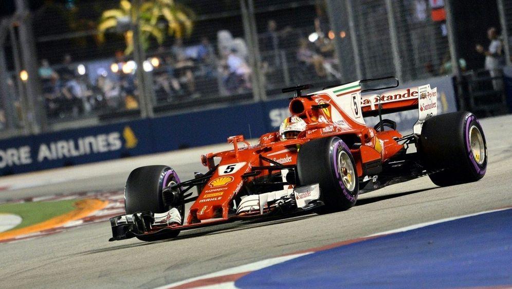 Sebastian Vettel startet in Singapur von der Pole - Bildquelle: AFPSIDROSLAN RAHMAN