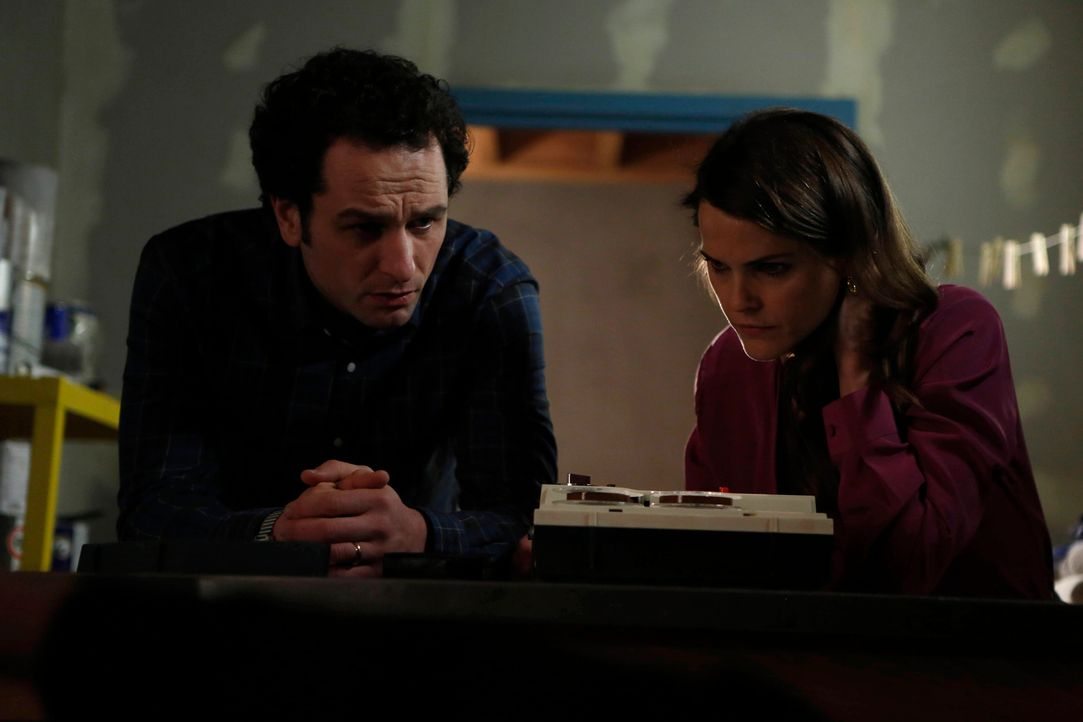 Elizabeth (Keri Russell, r.) und Phillip (Matthew Rhys, l.) bekommen Anweisungen, sich für mögliche Attentate bereit zu halten. Der besonnene Philli... - Bildquelle: Motion Picture   2013 Twentieth Century Fox Film Corporation and Bluebush Productions, LLC. All rights reserved.