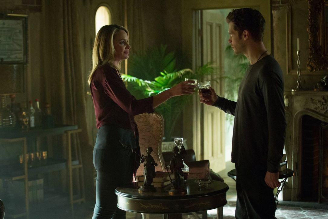 Cami (Leah Pipes, l.) verabschiedet sich bereits von Klaus (Joseph Morgan, r.), während Freunde und die Familie nach einem Mittel suchen, mit dem si... - Bildquelle: Warner Bros. Entertainment, Inc.