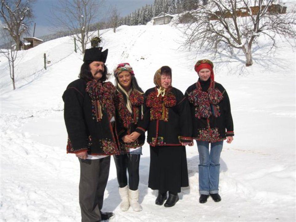 Von ihren Eltern wird die 17jährige Alica (2.v.l.) zu einer Huzulen-Familie, die traditionell wie vor 100 Jahren lebt, in die Ukraine geschickt ... - Bildquelle: kabel eins