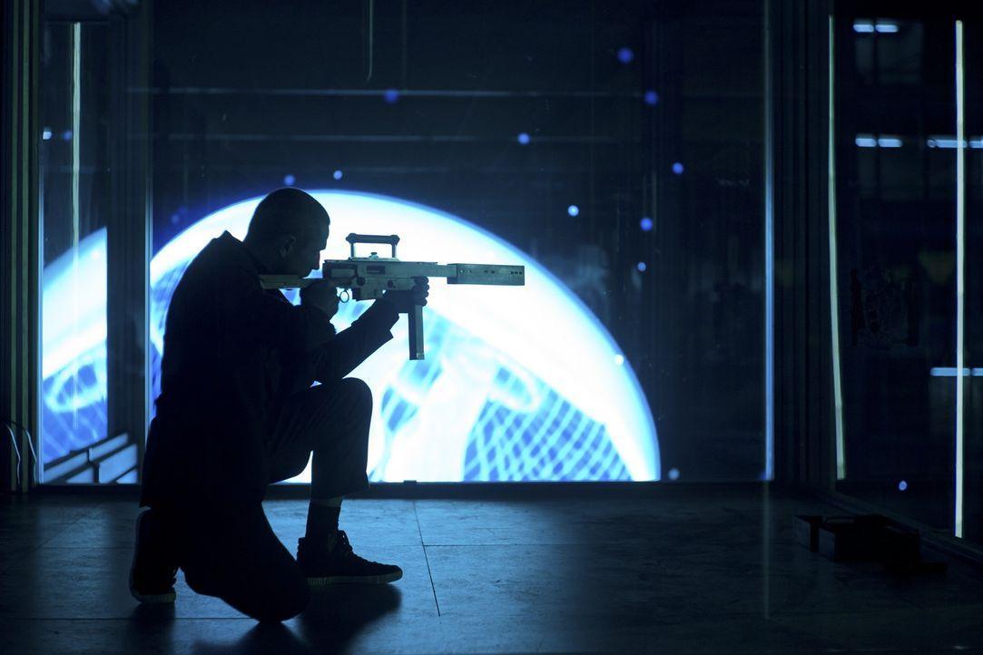 Kaum von den Toten wieder auferstanden, muss 007 erleben, wie der französische Auftragskiller Patrice (Ola Rapace) bereits das nächste Opfer ins Vis... - Bildquelle: Skyfall   2012 Danjaq, LLC, United Artists Corporation and Columbia Pictures Industries, Inc. All rights reserved.