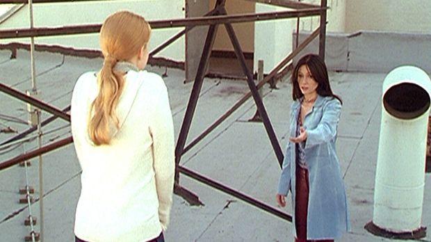 Prue (Shannen Doherty, r.) versucht, die völlig verzweifelte Maggie (Amy Adam...
