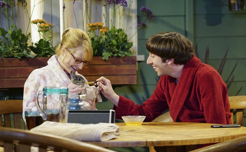 Während Penny und Leonard realisieren, dass sie keine jungen Hüpfer mehr sind, retten Howard (Simon Helberg, r.) und Bernadette (Melissa Rauch, l.)... - Bildquelle: 2015 Warner Brothers