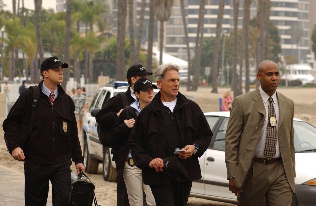 Auf der Suche nach Beweisen: Timothy McGee (Sean Murray, l.), Tony Dinozzo (Michael Weatherly, 2.v.l.), Kate Todd (Sasha Alexander, M.), Leroy Gibbs... - Bildquelle: CBS Television