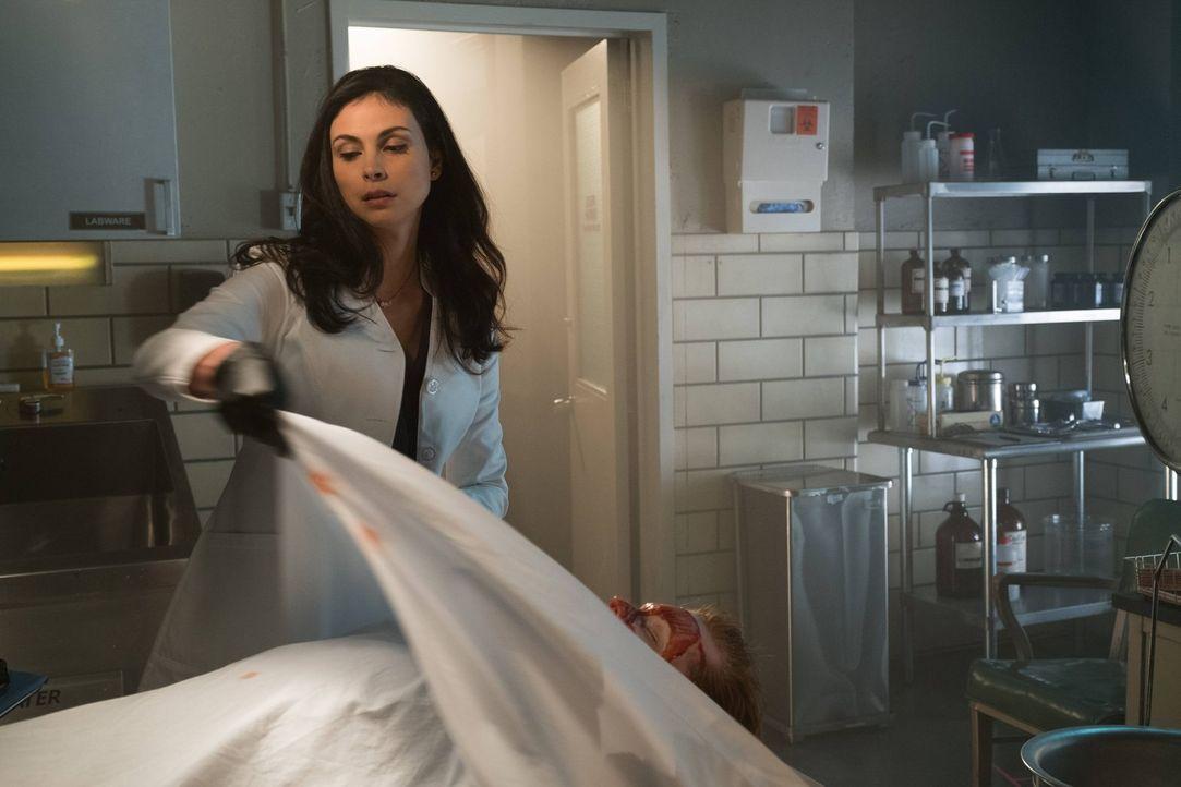 Ahnt noch nicht, dass Jerome nicht mehr tot ist: Dr. Leslie Thompkins (Morena Baccarin) ... - Bildquelle: Warner Brothers