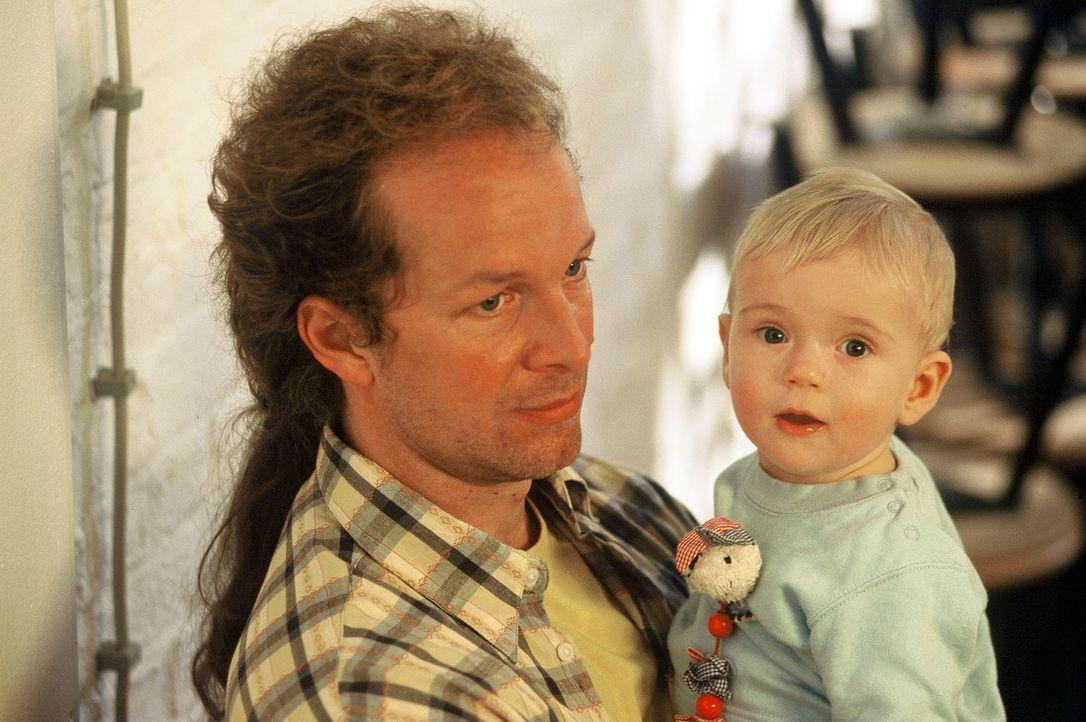 Victor (Jochen Horst, l.) arbeitet als Betreuer in einer Babyklappe. Er übernimmt für einige Tage die Pflege des kleinen Jungen Raffael (Edwin Belli... - Bildquelle: Spitz Sat.1