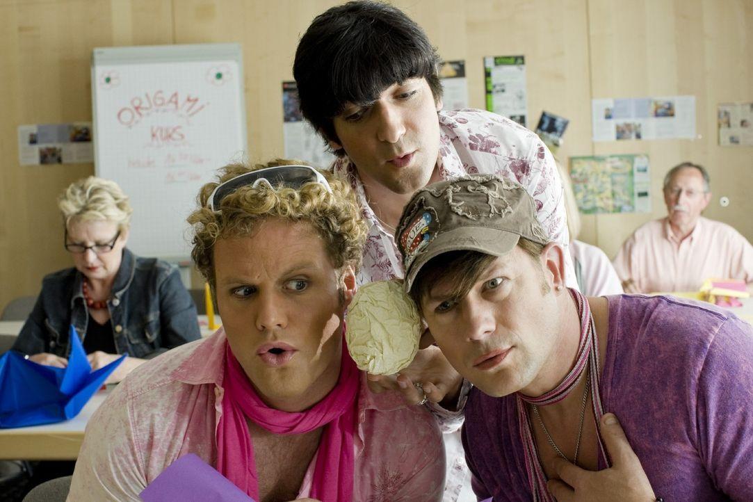 Dieses Mal erfahren die drei Schwulen Bodo (Hanno Friedrich, l.), Jonas (Mirco Reseg, r.) und David (Thomas M. Held, M.) in einem VHS-Kurs, was man... - Bildquelle: Sat.1