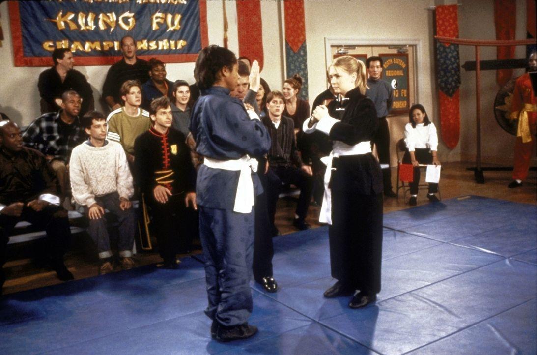 Sabrina (Melissa Joan Hart, r.) kämpft bei den Meisterschaften gegen den Meister Tai Wai Tse (Cary-Hiroyuki Tagawa, l.) ... - Bildquelle: Paramount