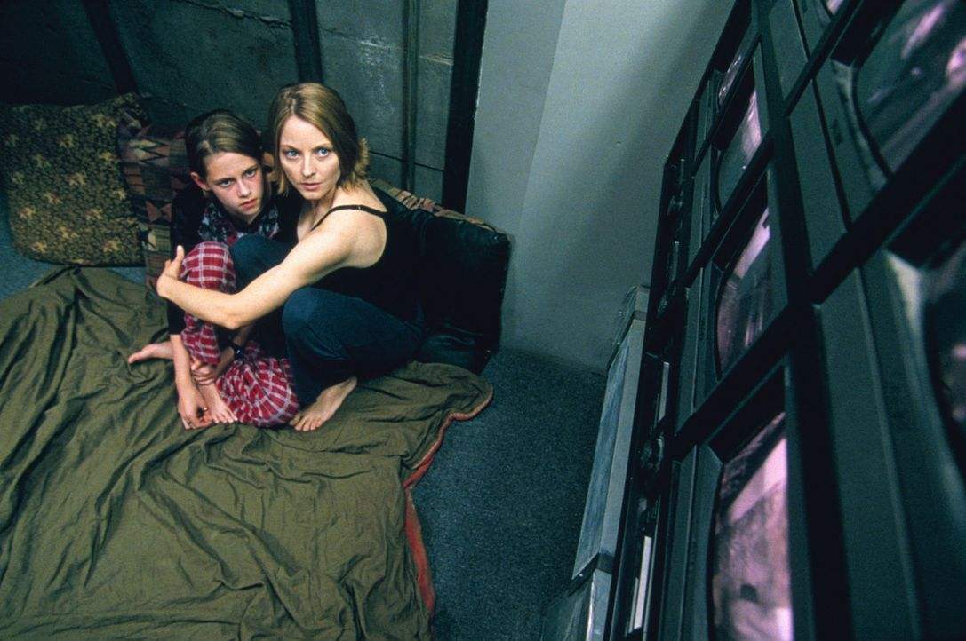 "Hinter Zentimeter dickem Stahl, in dem sogenannten ""Panic Room"", fühlen sich Sarah (Kristen Stewart, l.) und ihre Mutter Meg (Jodie Foster, r.) vor... - Bildquelle: 2003 Sony Pictures Television International. All Rights Reserved"