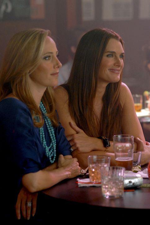 Während Nico (Kim Raver, l.) in ihren Gedanken bei Kirby ist, freut sich Wendy (Brooke Shields, r.) über den Erfolg ihres Mannes ... - Bildquelle: 2004 NBC, Inc.