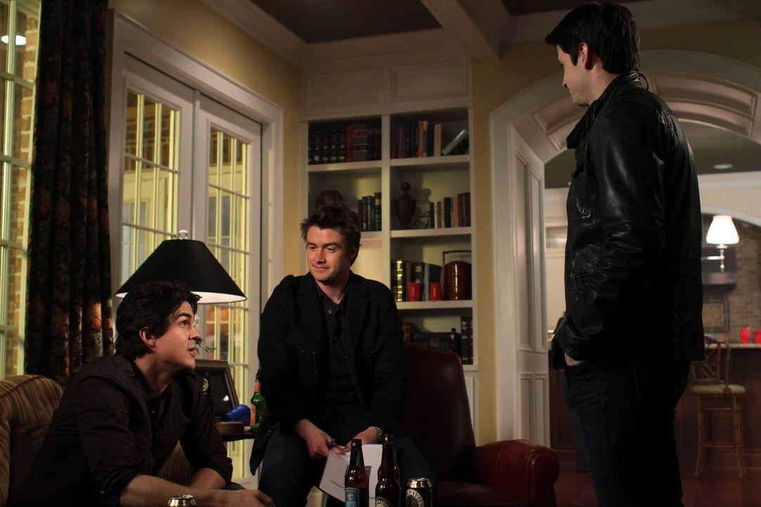 Gerade, als Nathan (James Lafferty, r.) und Clay (Robert Buckley, M.) mit Ian Kellerman (Eric McIntire, l.) einen Vertrag unterzeichnen wollen, grei... - Bildquelle: Warner Bros. Pictures